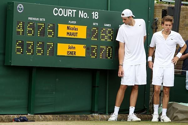 Mahut e Isner do lado do histórico placar da Quadra 18 - Alaistair Grant/AP