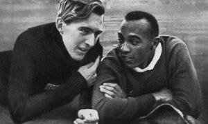 O alemão Luz Long bate papo animadamente com Jesse Owens durante os jogos Olímpicos de Berlim em 1936. Amizade entre um negro e um alemão em pleno regime nazista: cenas para sempre.